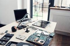 Officina riparazioni elettronica, posto di lavoro dell'ingegnere Immagini Stock