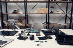 Officina riparazioni elettronica, posto di lavoro dell'ingegnere Immagine Stock