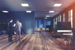 Offiice de l'espace ouvert, gris d'ordinateurs modifié la tonalité Image libre de droits