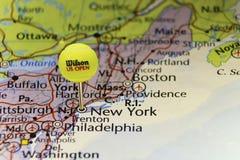 2016 Offizieller Tennisball des US Open als Stift von der Karte von USA, festgesteckt auf New York Lizenzfreie Stockfotografie