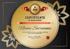 Offizielles schwarzes Zertifikat mit roten schwarzen Gestaltungselementen Goldemblem, Goldtext auf dem schwarzen Kreis Lizenzfreie Stockbilder