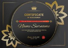 Offizielles schwarzes Zertifikat mit roten schwarzen Gestaltungselementen Goldemblem, Goldtext auf dem schwarzen Kreis Lizenzfreie Stockfotos