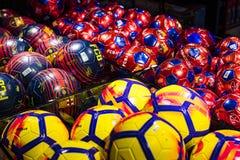 Offizielles Speicher-FC Barcelona, Kleidung und Schuheteam von Andenken und von Utensilien für Fans des Teams und der Besucher de stockbilder