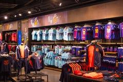 Offizielles Speicher-FC Barcelona, Kleidung und Schuheteam von Andenken und von Utensilien für Fans des Teams und der Besucher de lizenzfreie stockfotografie