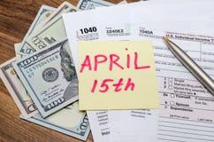 Offizielles USA-Steuerformular 1040, Taschenrechner, Stift und Dollar Stockbild