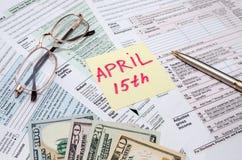 Offizielles USA-Steuerformular 1040, Taschenrechner, Stift und Dollar und der Tag besteuern April Lizenzfreies Stockfoto