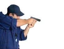 Offizier im Dienst, eine Waffe handhabend stockfoto