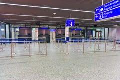 Offizier am Pass-Befehlszähler am Flughafen Stockfotografie