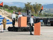 Offiziere des IDFs stehen noch bei der Ausführung der Hymne von Israel Atikva an der Bildung in Ingenieurkorps gefallenem Denkmal stockfoto