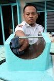 Offiziere, die Stunden istiwak Moscheen-Surakarta-Zentrale Java In säubern stockfotografie