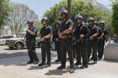 Offiziere während des Marsches auf Rathaus Lizenzfreies Stockbild
