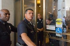 Offiziere während des Marsches auf Rathaus Lizenzfreie Stockfotos