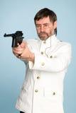 Offizierschießen mit einer Pistole Lizenzfreie Stockbilder