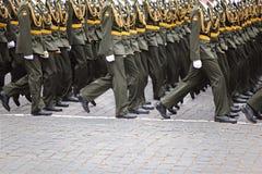 Offiziersoldaten grenzen auf Wiederholung der Parade stockfoto