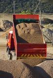 offloading lastbil för grus arkivbild