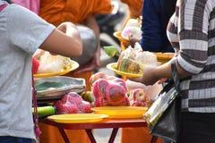 Offra l'alimento al monaco in Tailandia, vista del primo piano fotografia stock