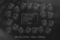 Offre d'emploi entourée par un bon nombre de résumés Images stock