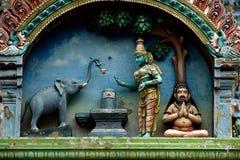 Offre de dévotion par l'éléphant photographie stock libre de droits