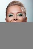 Offre de femme de sourire votre cerise mûre de goût Image libre de droits