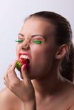 Offre de femme de sourire votre cerise mûre de goût Images stock