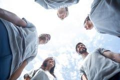 Offre des amis parlant ensemble Photo libre de droits