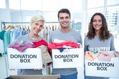 Offre des amis tenant des boîtes de donation Image stock