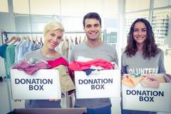 Offre des amis tenant des boîtes de donation Photographie stock