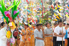 Offre donnée comme aumône sur des défilés de festival Poy Chanter long dans N Photographie stock