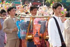 Offre donnée comme aumône sur des défilés de festival Poy Chanter long dans N Image libre de droits