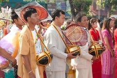 Offre donnée comme aumône sur des défilés de festival Poy Chanter long dans N Photographie stock libre de droits