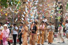 Offre donnée comme aumône sur des défilés de festival Poy Chanter long dans N Photo libre de droits