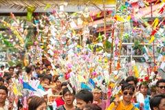 Offre donnée comme aumône sur des défilés de festival Poy Chanter long dans N Image stock