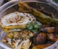 Offre grillée de légumes sur le marché d'aliment biologique de vegan photo stock