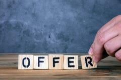 Offre - mot des lettres en bois image libre de droits
