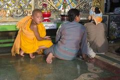 Offres de moine bouddhiste au temple bouddhiste photos stock