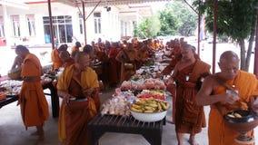 Offres de nourriture à un moine image stock