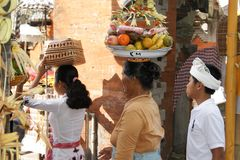 Offres de transport de femme de Balinese sur sa tête photos stock