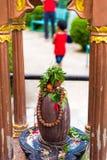 Offres religieuses à la statue de Kailashnath Mahadev dans Sanga, Népal images stock