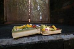 Offres traditionnelles de fleur de Balinese à Dieu avec l'encens Image libre de droits