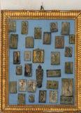 Offres votives argentées à notre Madame dans l'église notre Madame du mont Carmel dans Orebic, Croatie photo stock