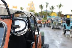 Offroad auto in nadruk en onduidelijk beeldauto's bij rug stock afbeeldingen