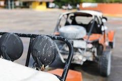 Offroad auto in nadruk en onduidelijk beeldauto's bij rug stock foto's