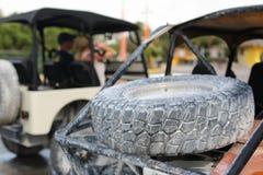 Offroad auto in nadruk en onduidelijk beeldauto's bij rug Royalty-vrije Stock Fotografie