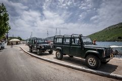 Offroad autoland Rover Defender 110 in openlucht royalty-vrije stock foto