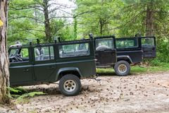 Offroad autoland Rover Defender 110 in openlucht stock foto