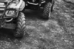 Offroad bergmotorfiets of fiets die aan de motocrosconcurrentie deelnemen die op vuile terreinweg wordt geparkeerd royalty-vrije stock afbeeldingen