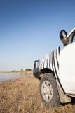 Offroad bil på floden Fotografering för Bildbyråer