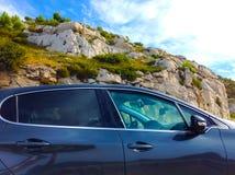 Offroad bilbegrepp med berg Royaltyfri Foto