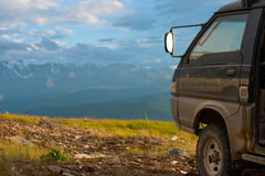 Offroad bilbegrepp med berg Hjulnärbild Arkivfoton