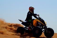 Offroad com o quadrilátero no deserto imagens de stock